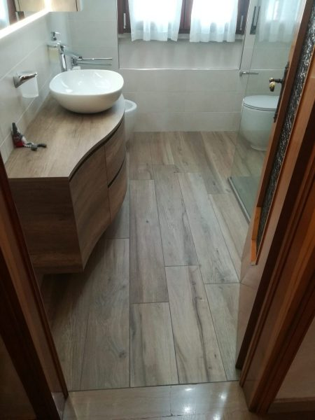 Naturale forza effetto legno in un bagno a Canegrate (MI)