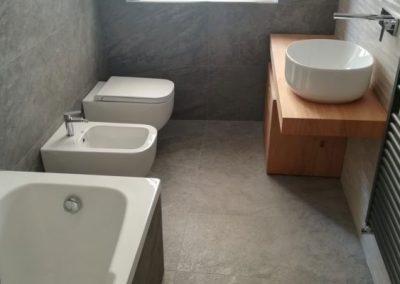 Il vigore della pietra in un bagno a Legnano (MI)